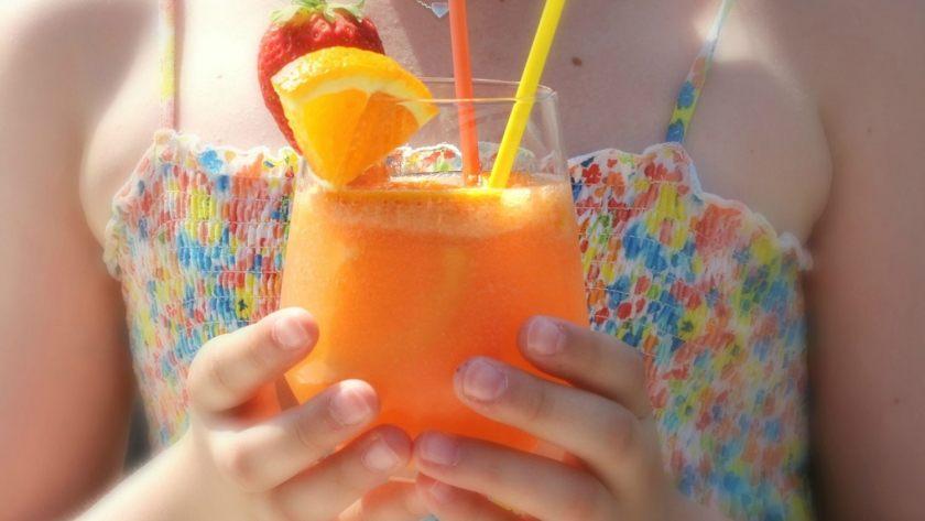 Mocktail met sinaasappel en limoen
